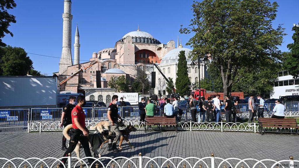 Salat Jumat Digelar di Hagia Sophia, Ornamen Kristiani Ditutup Tirai