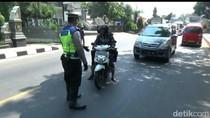 Aksi Pemotor di Purwakarta Hindari Razia Polisi, Putar Balik-Lawan Arus