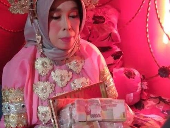 Rabasia (40) setelah dilamar seorang duda dari Jakarta, H Seni (40) dengan mahar Rp 100 juta (dok. Istimewa).