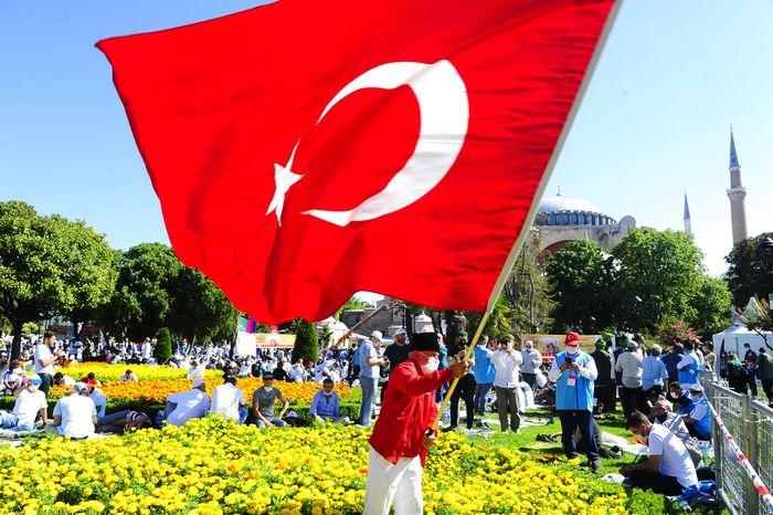Salat Jumat pertama diselenggarakan di Hagia Sophia hari ini. Jemaah pun memadati halaman masjid jelang pelaksanaa Salat Jumat.
