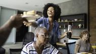 Cara Atasi Stres Buat Generasi Sandwich yang Harus Tanggung Hidup Ortu