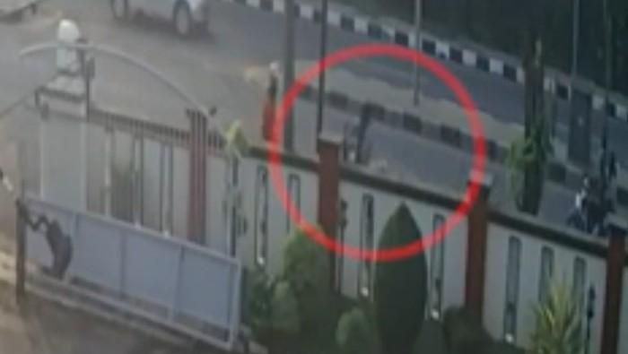 Seorang satpam yang berjaga di depan Pengadilan Tinggi Banten (PT Banten) tertabrak oleh pemotor dengan kecepatan tinggi hingga terpental pada Jumat (24/7) pagi. Korban pun dilarikan ke rumah sakit untuk menerima perawatan.
