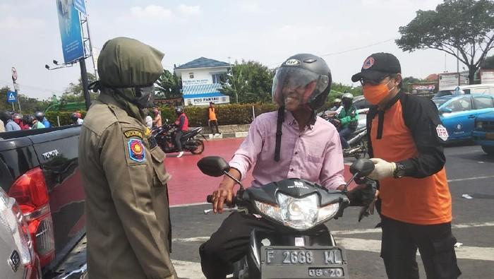 Seorang warga disetop petugas Satpol PP Depok karena tak pakai masker