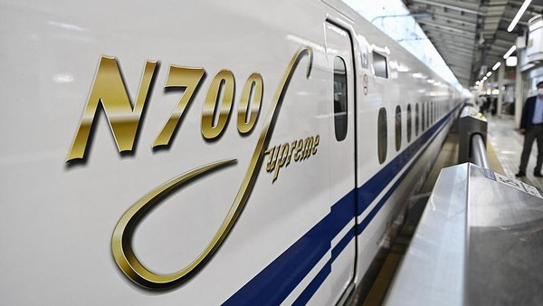 Shinkansen itu mampu melesat hingga 360 kilometer per jam. Kereta ini melayani jalur Tokaido Shinkansen yang menghubungkan Stasiun Tokyo dan Stasiun Shin-Osaka di Jepang. (Kyodo News via Getty Images)