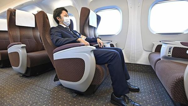 Penampakan di dalam keretanya sangat elegan dan nyaman. Meski bisa melaju hingga 360 km per jam, kecepatan saat beroperasi akan dibatasi pada 285 kilometer per jam saja agar aman. (Kyodo News via Getty Images)