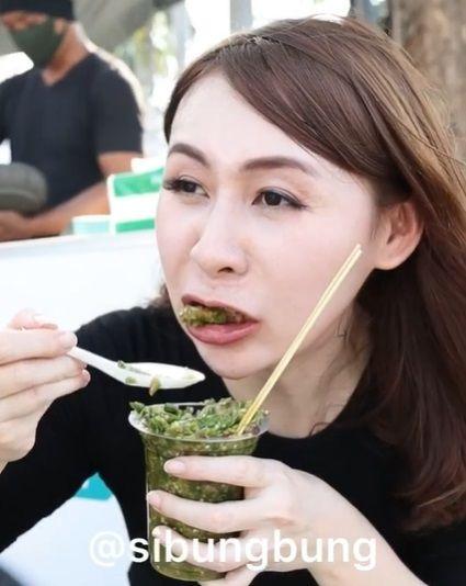 Viral Wanita Berani Makan Tahun Gejrot Pakai 130 Cabe