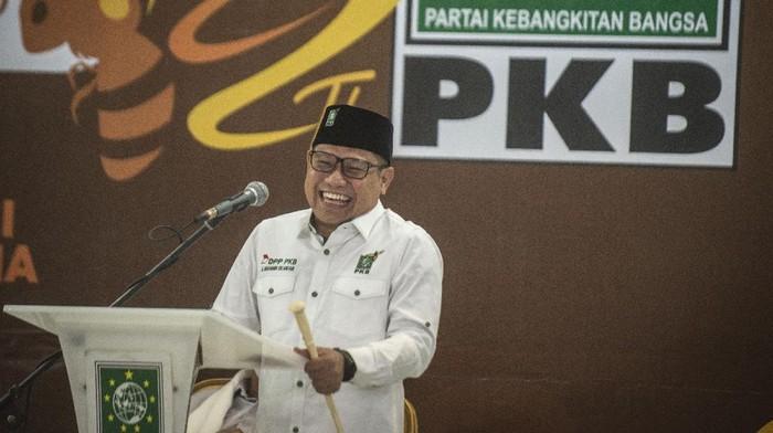 Ketua Umum Partai Kebangkitan Bangsa (PKB) Muhaimin Iskandar tertawa pada acara Tasyakuran Harlah ke-22 PKB di Kantor DPP PKB, Jakarta, Kamis (23/7/2020). Harlah ke-22 PKB tersebut mengangkat tema Aksi Melayani Indonesia. ANTARA FOTO/Aprillio Akbar/aww.