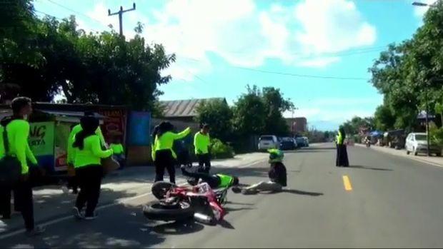 Tiar ditabrak pemotor saat menggalang dana untuk bantuan Masamba sembari berjoget di jalan (dok. Istimewa).