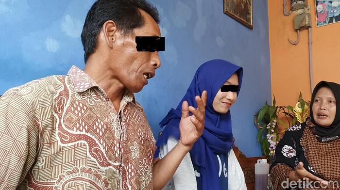 Titik bersama sang ayah di rumah pendampingannya di Kendal, Jumat (24/7/2020).