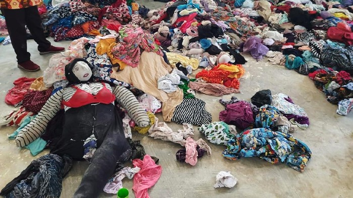 Pria di Kotawaringin Barat (Kobar), Kalimantan Tengah (Kalteng), berinisial ST diduga mencuri ribuan pakaian dalam wanita. Ini penampakan ribuan celana dalam dan BH yang dicurinya.