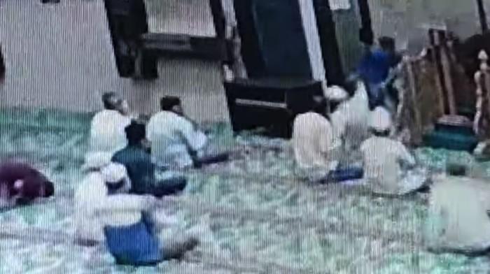 Video Imam Masjid di Pekanbaru Ditusuk Saat Pimpin Doa