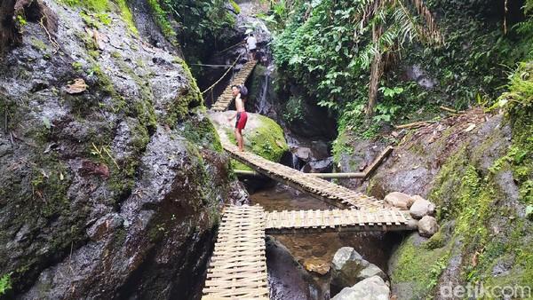 Akses mencapai Curug Dawuan Ciamis kini lebih mudah, karena telah disediakan jembatan dan tangga bambu.