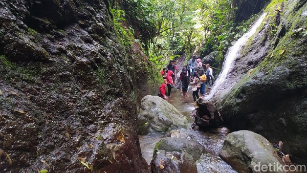 Sejumlah pengunjung menikmati Curug Dawuan.