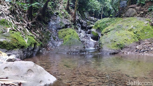 Air terjun ini bukan aliran sungai biasa, tapi langsung dari sumber mata air.