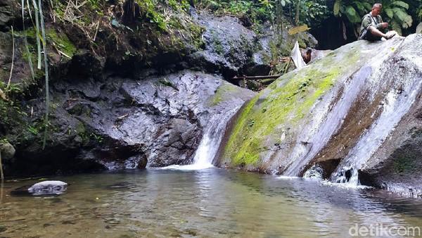Saat sampai di Curug Dawuan, para pengunjung langsung disuguhi air terjun yang jernih dan menyegarkan.