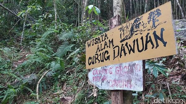 Curug Dawuan berada di blok Cipurut, Desa Cipaku, Kecamatan Cipaku, Kabupaten Ciamis. Jarak menuju air terjun ini sekitar setengah jam perjalanan menggunakan kendaraan pribadi atau sepeda motor. Dari pusat perkotaan Ciamis bisa ambil jalur Jalan Sadananya, atau ke arah jalan Kawali, kemudian belok di Cipaku.