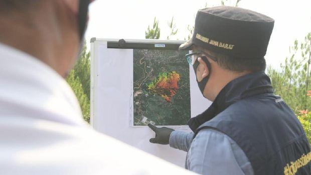 Gubernur Jawa Barat Ridwan Kamil meninjau lahan bekas pertambangan pasir silika milik PT Solusi Bangun Indonesia (SBI) di Desa Sekarwangi, Cibadak, Kabupaten Sukabumi. Ist