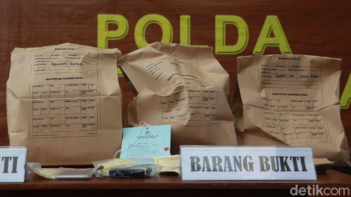 Polda Metro Jaya menggelar konferensi pers di Mapolda Jaya, Jakarta, Sabtu (25/7/2020) terkait kematian editor Metro TV, Yodi Prabowo. Polda Metro Jaya menyatakan kematian Yodi Prabowo karena bunuh diri dengan cara menusukkan pisau ke perut dan leher. Berikut sejumlah barang bukti yang dipamerkan ke jurnalis.