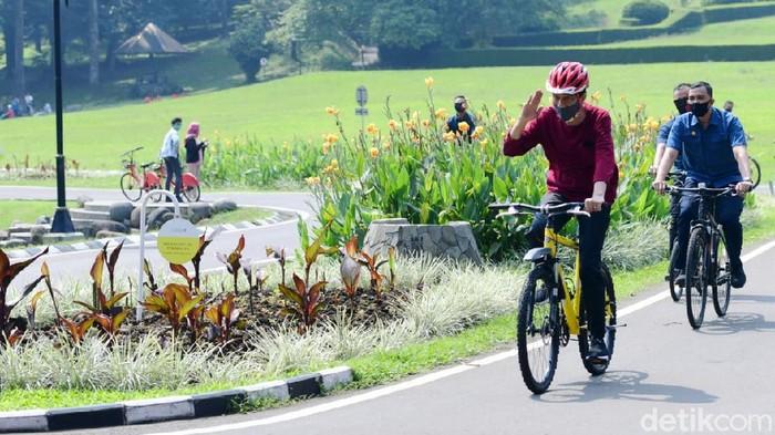 Presiden Joko Widodo (Jokowi) merasa bersyukur hasil tes swab-nya terkait COVID-19 menunjukkan hasil negatif. Dia pun berolahraga sepeda di lingkungan Istana Kepresidenan Bogor, Jawa Barat, untuk meningkatkan imunitas.