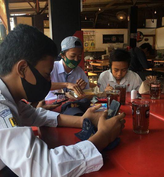 Kafe berikan wifi gratis untuk siswa bisa belajar daring
