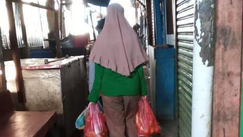 Meski Dilarang, Pedagang Pasar Cempaka Putih Masih Gunakan Kantong Plastik