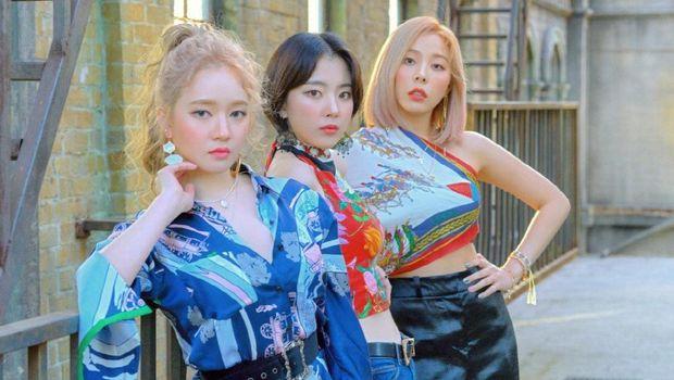 Tiga personel Ladies' Code, termasuk Ashley Choi (kanan).