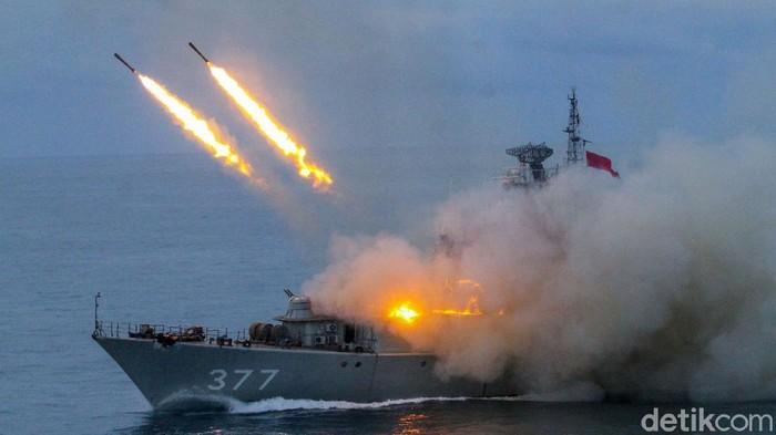 TNI Angkatan Laut melakukan latihan penembakan kapal dalam rangkaian Gelagaspur Kapal di perairan Kepulauan Riau, Kamis (23/7/2020).