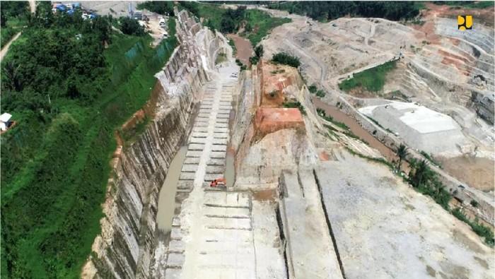 Bendungan Leuwikeris yang terletak di dua kabupaten yakni Ciamis dan Tasikmalaya sedang dibangun. Intip yuk proyeknya.
