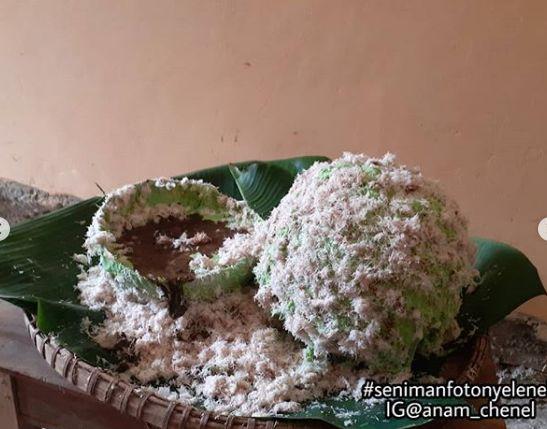 Netizen makan klepon raksasa