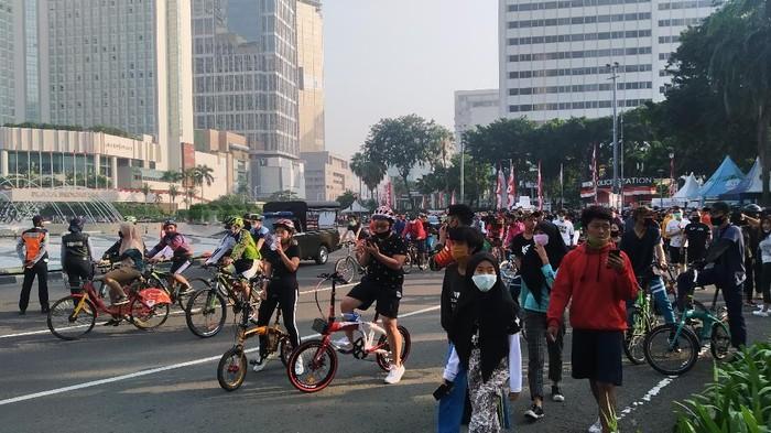 Pesepeda memadati kawasan Bundaran HI, Jakarta Pusat, Minggu (26/7/2020) pagi.