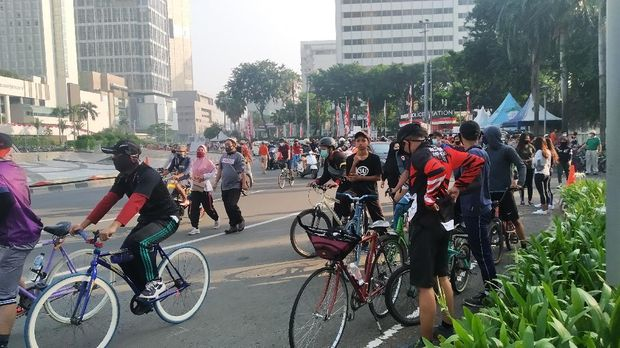 Situasi kawasan Bundaran HI, Jakarta Pusat, dipadati pesepeda, Minggu (26/7/2020) pagi.