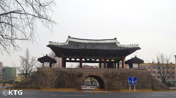 Hanya di kalangan traveler, mungkin belum banyak yang tahu perihal kota Kaesong. Selain lokasinya yang berada di antara perbatasan kedua negara, dahulu Kaesong juga sempat menjadi Ibu Kota Korea Utara saat Kerajaan Taebong dan Dinaty Goryeo (North Korea Travel)