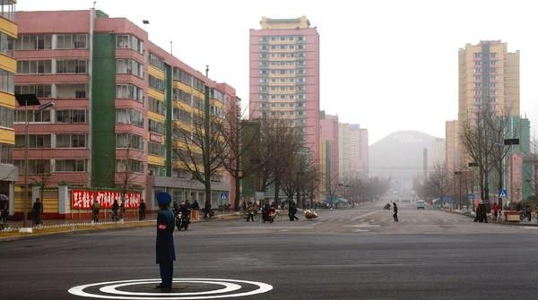 Pada hari Jumat sore kemarin (24/7), Pemimpin Korea Utara Kim Jong Un baru saja menutup total Kota Kaesong yang terletak di antara perbatasan kedua negara setelah satu warganya terindikasi COVID-19 seperti diberitakan media lokal Korean Central News Agency (North Korea Travel)