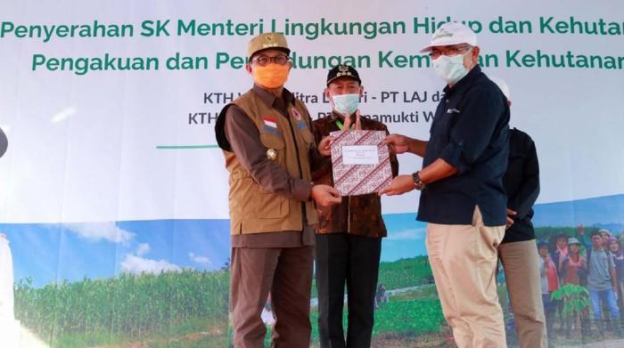 Menteri Lingkungan Hidup dan Kehutanan memberikan SK Pengakuan dan Perlindungan Kemitraan Kehutanan (Kulin KK). Dua perusahaan di Jambi mendapatkannya.