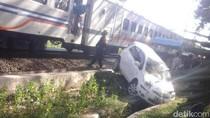 Mobil Tertabrak Kereta Api di Perlintasan Tanpa Palang Pintu, 2 Penumpang Syok