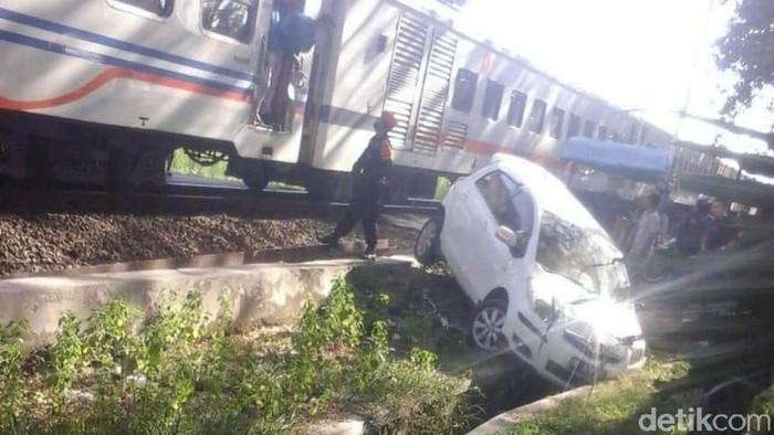 mobil tertabrak kereta api