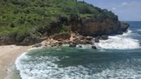 Pantai Ngeden memiliki garis pantai yang pendek, namun keindahannya begitu mempesona. Biasanya traveler menghabiskan waktu dengan berjemur atau berenang. (fareljuncak/dTraveler)
