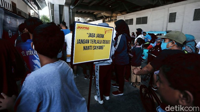 Area Velodrome Rawamangun, Jakarta, ramai diserbu warga yang akan berolahraga. Antrean warga yang akan masuk ke Velodrome mengular panjang, Minggu (26/7).