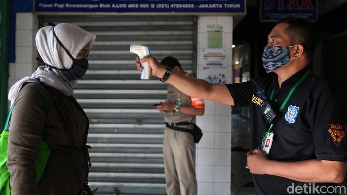 Pasar tradisional Rawamangun, Jakarta, terlihat menerapkan protokol kesehatan. Hal ini dalam upaya pencegahan penularan Covid-19 (Corona).