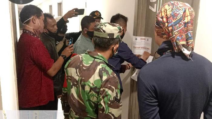 Satpol PP DKI datangi hotel tempat mesum dengan gorden terbuka di Kembangan Jakarta Barat.