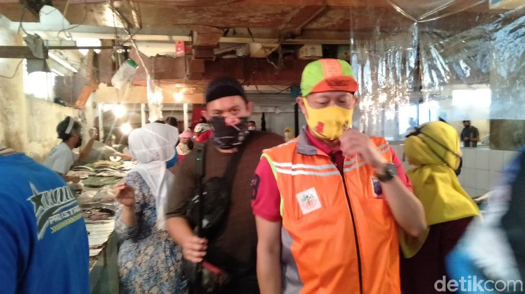 Temukan Kantong Plastik di Pasar Tebet Timur, Wawalkot Jaksel Ingatkan Denda