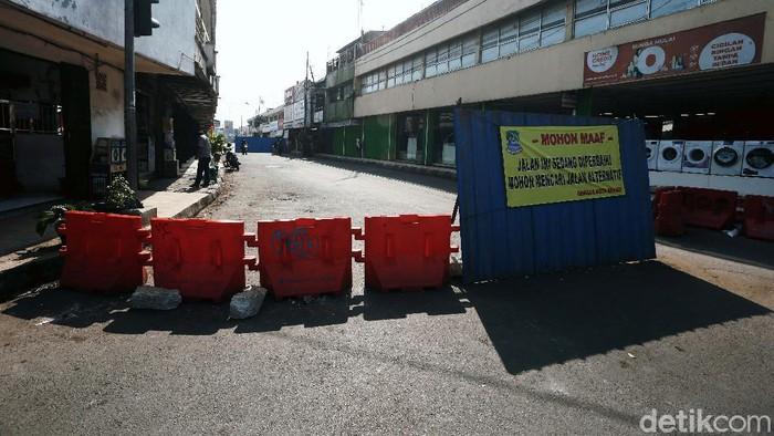Jalan KH Agus Salim, Kota Bekasi, yang membelah lintasan sebidang rel kereta api, ditutup sementara. Penutupan dilakukan karena adanya perbaikan jalan.