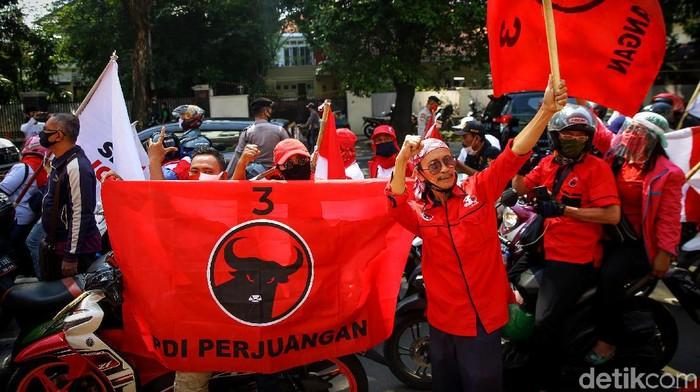 Kantor DPP PDIP ramai didatangi massa yang gelar aksi peringatan Kerusuhan Dua Puluh Tujuh Juli (Kudatuli). Aksi tabur bunga warnai peringatan tersebut.