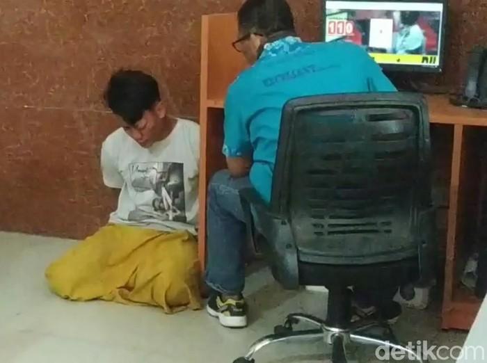 Seorang ibu rumah tangga di Kota Pasuruan menjadi korban begal payudara. Begal bersarung itu beraksi sendirian dengan motor.