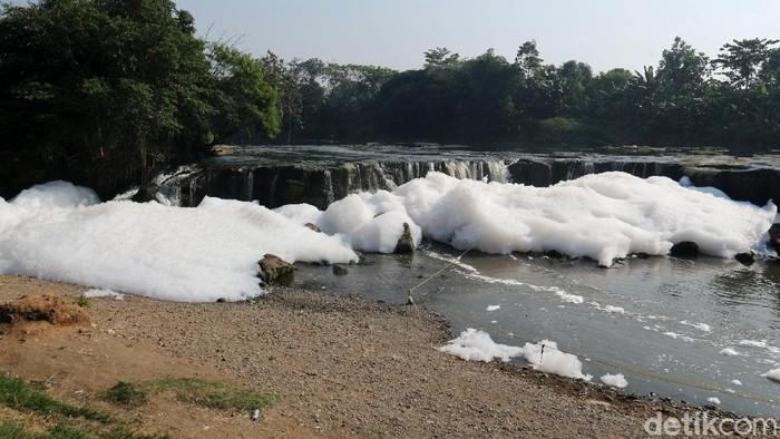 Keindahan Curug Parigi mulai terkotori, Senin (27/7/2020). Saat ini air terjung di Bantargebang, Bekasi, Jawa Barat, itu tercemar limbah hingga berbusa.