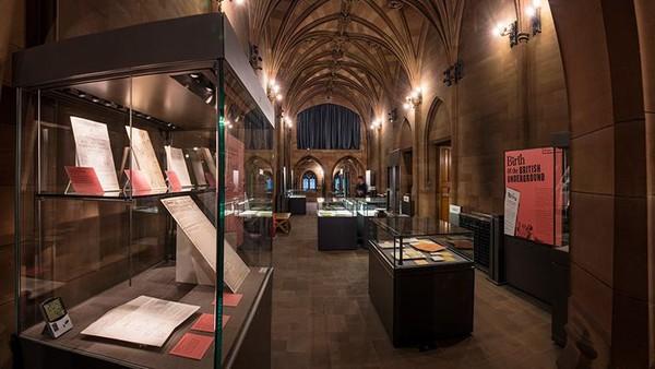 Ada beberapa ruangan menarik, di antaranya ruangan koleksi buku pendiri perpustakaan. Ada lebih dari 1,4 juta item termasuk manuskrip, arsip dan peta.