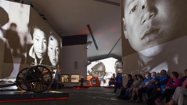 Salah satu obyek menarik di Imperial War Museum North adalahh ruangan virtual di mana wisatawan seakan melintasi timeline konflik sejak perang dunia pertama. (IWM North)