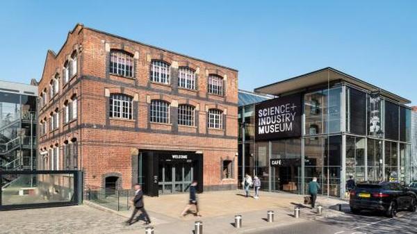 Sedangkan di destinasi Museum of Science and Industry terdapat stasiun penumpang pertama di dunia. Selain itu ada pula galeri tekstil yang menunjukan sejarah, di mana Manchester pernah menjadi pusat internasional industri kapas di dunia.
