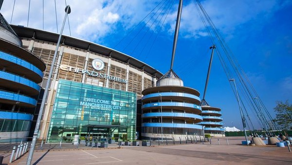 Klub tetangga, Manchester City, juga memiliki markas yang megah, Etihad Stadium. (iStock)