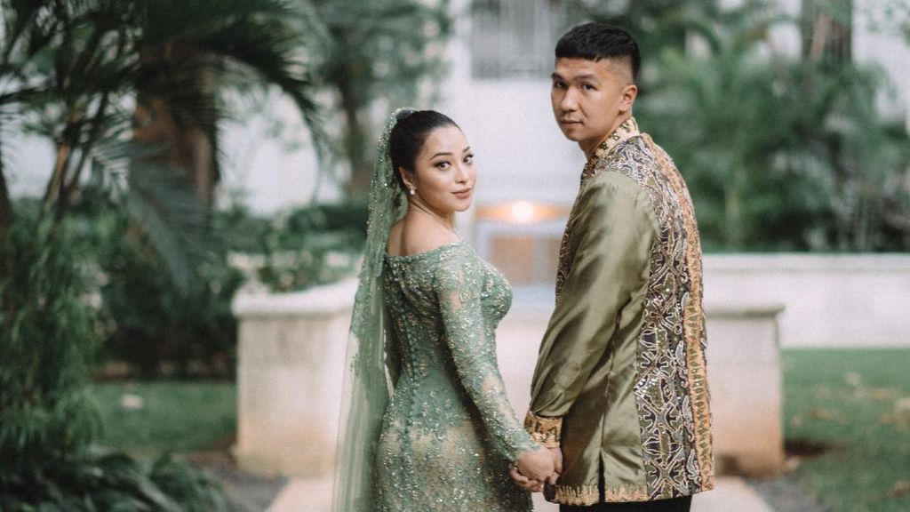 9 Potret Cantiknya Nikita Willy Lamaran Pakai Songket Minang, Rancak Bana!